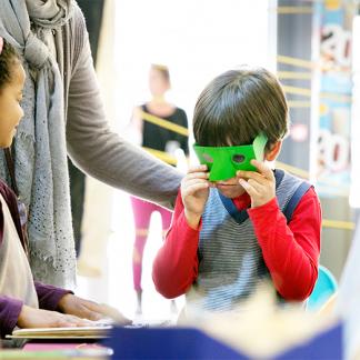 Image : Enfant qui porte des lunettes de simulation vertes