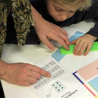 Image : Enfant en train d'apprendre le braille