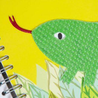 gros plan sur la tête du lézard en relief et de sa langue rouge en relief également