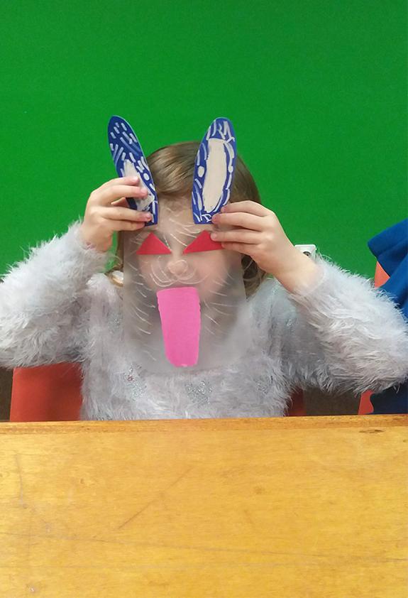 """Image : Enfant portant un masque de lapin fabriqué pendant un atelier """"Tout en relief"""""""