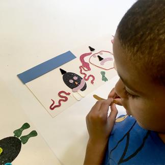 Image : Enfant en train de créer son histoire tactile lors d'un atelier
