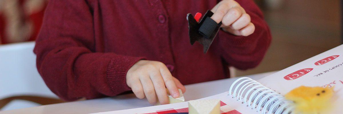 Notre ouvrage À Table! dans les mains d'une enfant