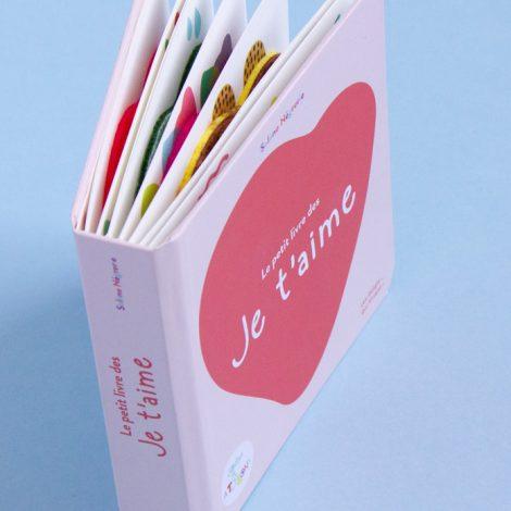un petit livre carré aux coins arrondis avec sur le couverture en coeur rouge dessiné en gros