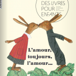 couverture numéro 316 revue des livres pour enfants représentant deux lièvres débout comme des humaines s'embrassant au dessus de choux