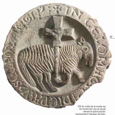 Illustration contrastée en noir et blphoto extraite du livret d'accompagnement, représentant la clé de voute de l'Agneau pascal qui ornait la voute de la travée est de l'avant nef