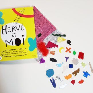 photo présentant le cahier d'activités Hervé et moi et un lot de gommettes tactiles