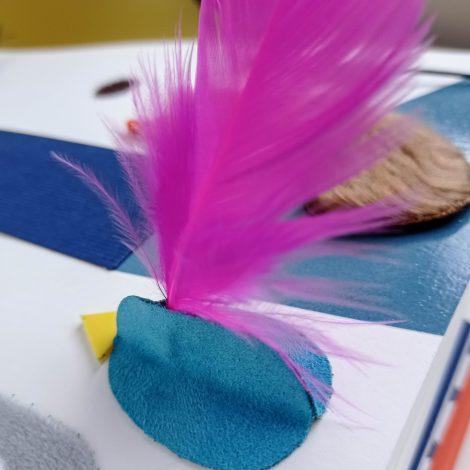 plan rapproché de l'illustration de l'oiseau avec sa plume