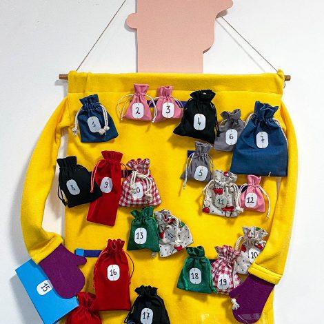 Le manteau jaune de Roland le géant accroché au mur. Il porte sur son buste 24 petites poches, comme des petites bourses, de différentes couleurs (rouge, rose, vert, bleu, noir, à carreaux) et qui contiennent chacune un objet de l'histoire.