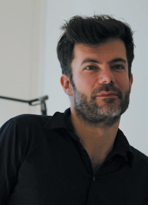 Photo d'Olivier Tallec, un homme aux cheveux noirs et à la barbe fine.