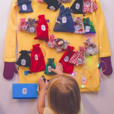 Une jeune enfant devant le manteau