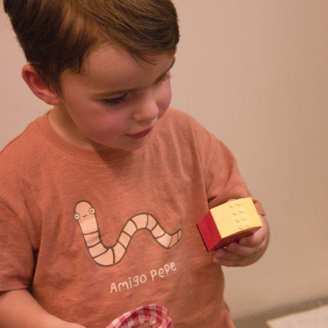 Un jeune enfant découvre le contenu d'un sac