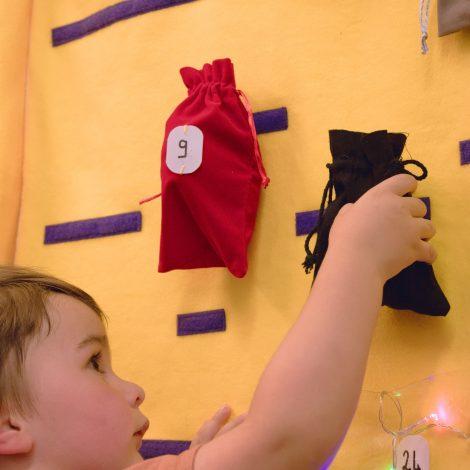 Un jeune enfant accroche un sac