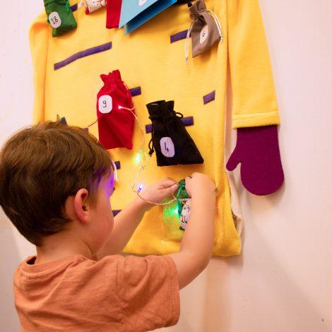 Un jeune enfant découvre la guirlande lumineuse